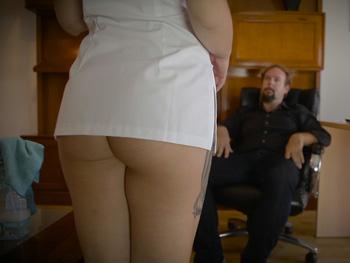 Servicios especiales: William tiene una proposición para una apurada chica de la limpieza.