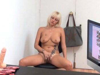 Una administrativa, morbosa quiere ser modelo erótica pero se encuentra con una sorpresa. -De aquí sales follada-
