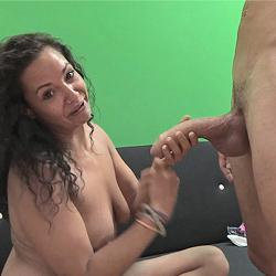 Un día en la vida de una chica que viene a debutar en el porno: Aisha prueba el superabo de Coto.