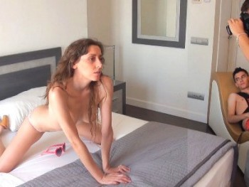 Fotógrafa y modelo en paro sucumbe a los encantos del dinero. Desvirgando al hijo más afortunado de España.