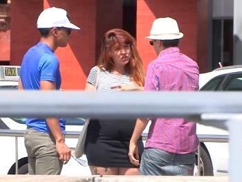 Perdona señorita TETONA y de generosas curvas, ¿quiere aparecer en el videoclip de nuestra estrella?. Ricky is back!
