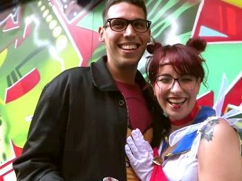 Eva: friki y adicta a las videojuegos, su heroína es Sailor Moon. Los CAZATOLAS a por los frikis de las tiendas de comics :-)